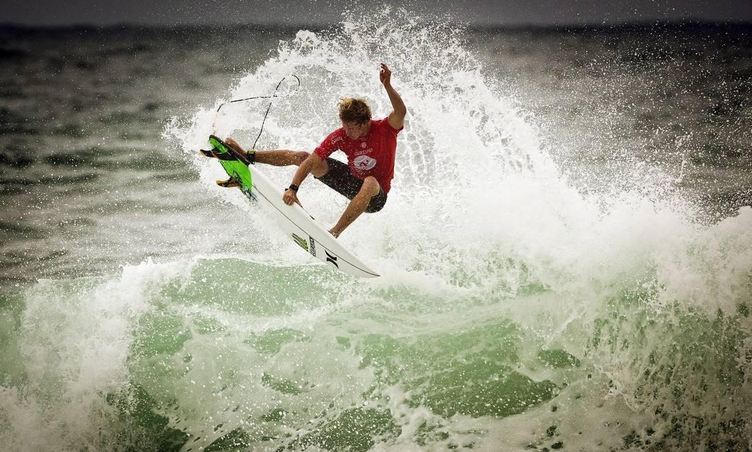 John John Florence em ação nas ondas do Postinho, na Barra da Tijuca Guito Moreto / Agência O Globo
