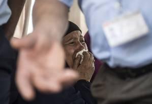 Parente de passageiro chora enquanto aguarda notícias sobre o acidente do avião da EgyptAir, que ia de Paris para o Cairo, no Egito Foto: KHALED DESOUKI / AFP