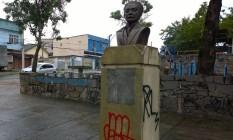 O busto de Bento Ribeiro vandalizado Foto: Marisa de Barros