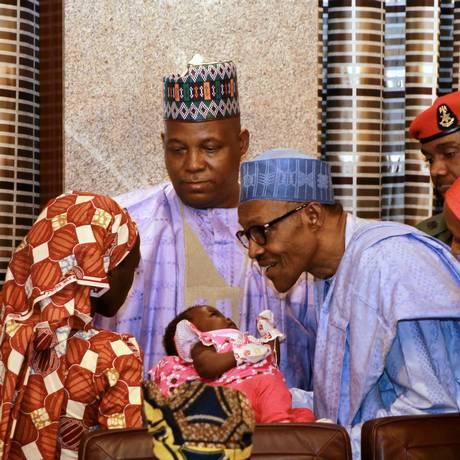 Amina apresenta filho a Buhari Foto: AFOLABI SOTUNDE / REUTERS