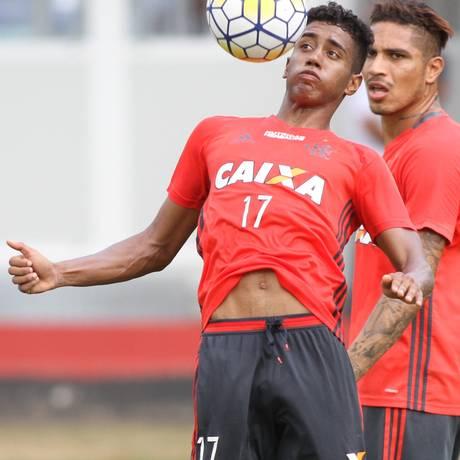 Gabriel domina a bola no treino do Flamengo, observado por Guerrero Foto: Divulgação