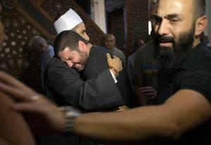 Osman Abu Laban chora após orações em mesquita do Cairo. Ele perdeu quatro parentes Foto: Amr Nabil / Associated Press