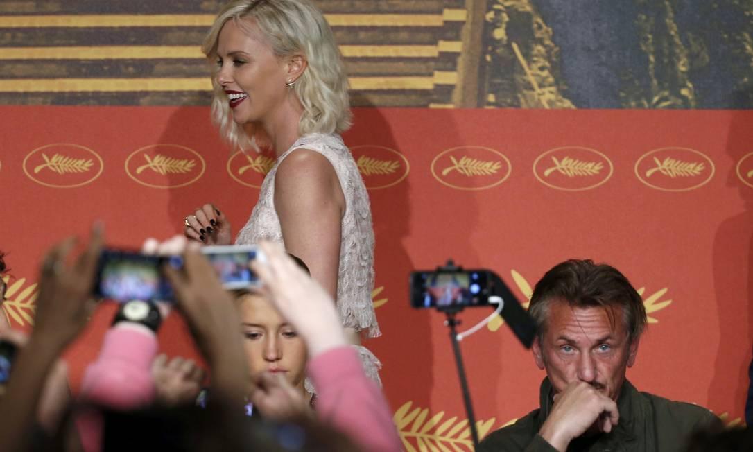 Climão? Sean Penn e Charlize Theron formavam um dos casais mais bacanas de Hollywood. O romance subiu no telhado e eles voltaram a ficar frente a frente nesta sexta-feira, no Festival de Cannes. E olha só o a cara de Sean nesta foto. Climão? ERIC GAILLARD / REUTERS