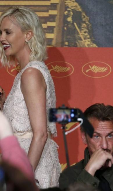 Sean Penn faz caras de poucos amigos na presença de Charlize Theron, em Cannes ERIC GAILLARD / REUTERS