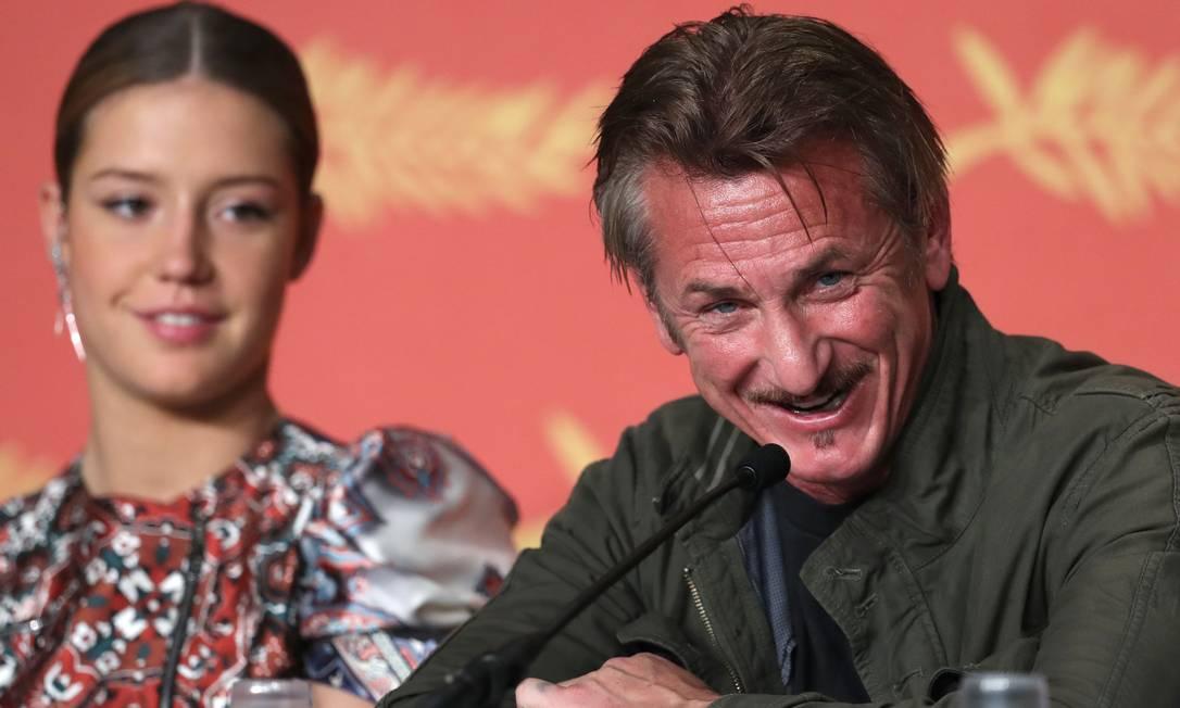 """O encontro entre o ex-casal aconteceu em Cannes por conta da divulgação do filme """"The Last Face"""", dirigido por Sean Penn, que tem Charlize no elenco. Ao lado da atriz francesa Adèle Exarchopoulos, Sean era só sorrisos LAURENT EMMANUEL / AFP"""