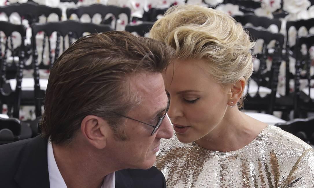 Em 2014, Sean e Charlize: momentos íntimos no desfile de couture Dior PHILIPPE WOJAZER / REUTERS