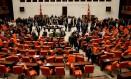 Legisladores turcos comparecem a votação parlamentar em Istambul Foto: UMIT BEKTAS / REUTERS