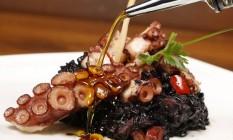 Risoto negro de polvo é a pedida para servir como prato princial Foto: Marcelo de Jesus / Divulgação