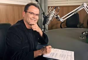 O jornalista Sidney Rezende no estúdio da Rádio Nacional Foto: Reprodução / EBC