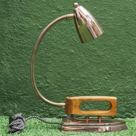 Ferro de passar vira luminária: criação da Outra Oficina, à venda na LZ Pop Up Foto: Ana Branco / Agência O Globo