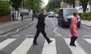 David Cameron e a ex-secretária de Cultura, Tessa Jowell, no cruzamento da Abbey Road Foto: POOL / REUTERS
