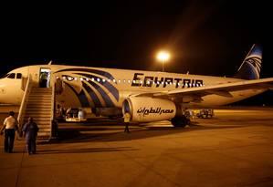 Avião da EgyptAir, no aeroporto de Luxor, no Egito. Voo 804 teve alertas de fumaça antes da queda Foto: AMR ABDALLAH DALSH / REUTERS