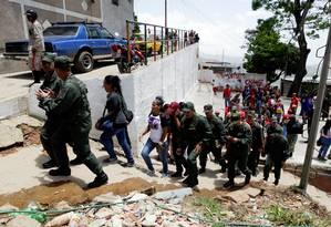 Militares venezuelanos caminham pelo bairro de San Pedro durante exercícios militares em Caracas Foto: MARCO BELLO / REUTERS