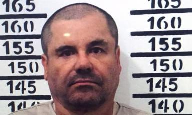 Joaquín 'El Chapo' Guzmán ao ser preso, no dia 8 de janeiro de 2016 Foto: HO / AFP