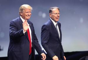 Pré-candidato Donald Trump ao lado de Wayne LaPierre, vice-presidente executivo e principal porta-voz da NRA, a associação de lobby pró-armas de fogo Foto: SCOTT OLSON / AFP