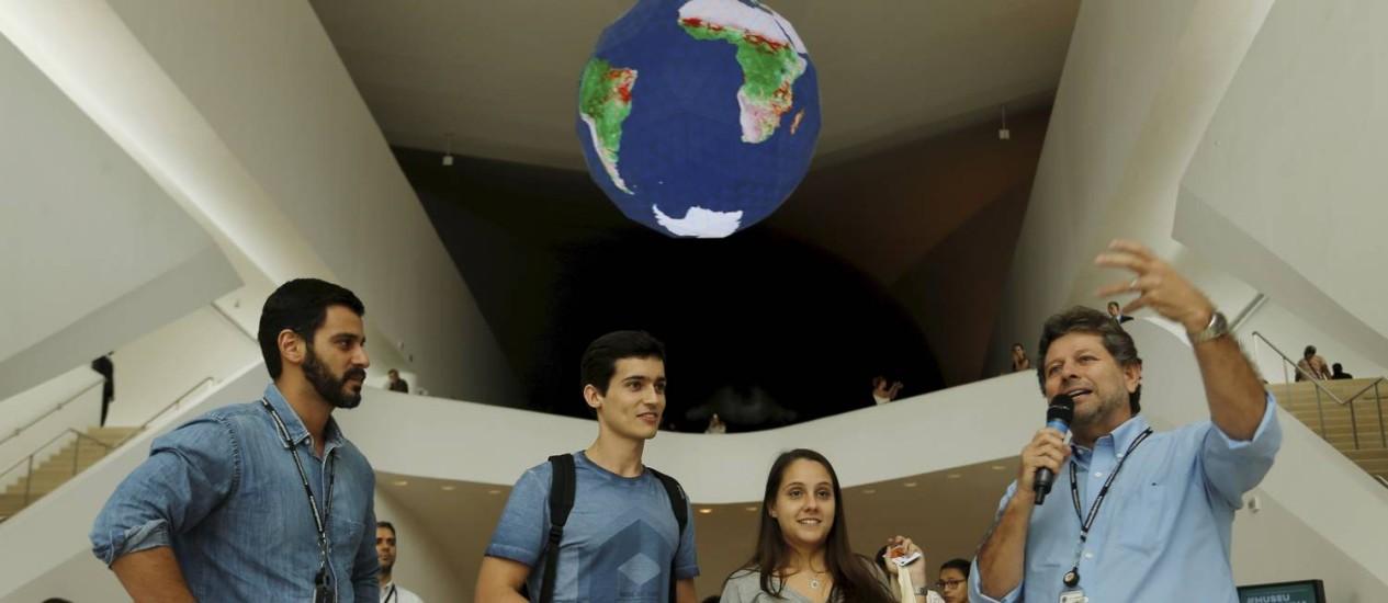 Museu do Amanhã, na Praça Mauá, recebe os visitantes número 500 mil. Os estudantes Amanda Manhães e Felipe Maia receberam presentes e carteirinhas vips do museu. Foto: Gabriel de Paiva / Agência O Globo