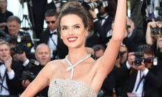 Alessandra Ambrósio usa colar de grife italiana de jóias avaliado em R$1,5 milhão Foto: ALBERTO PIZZOLI / ALBERTO PIZZOLI/AFP