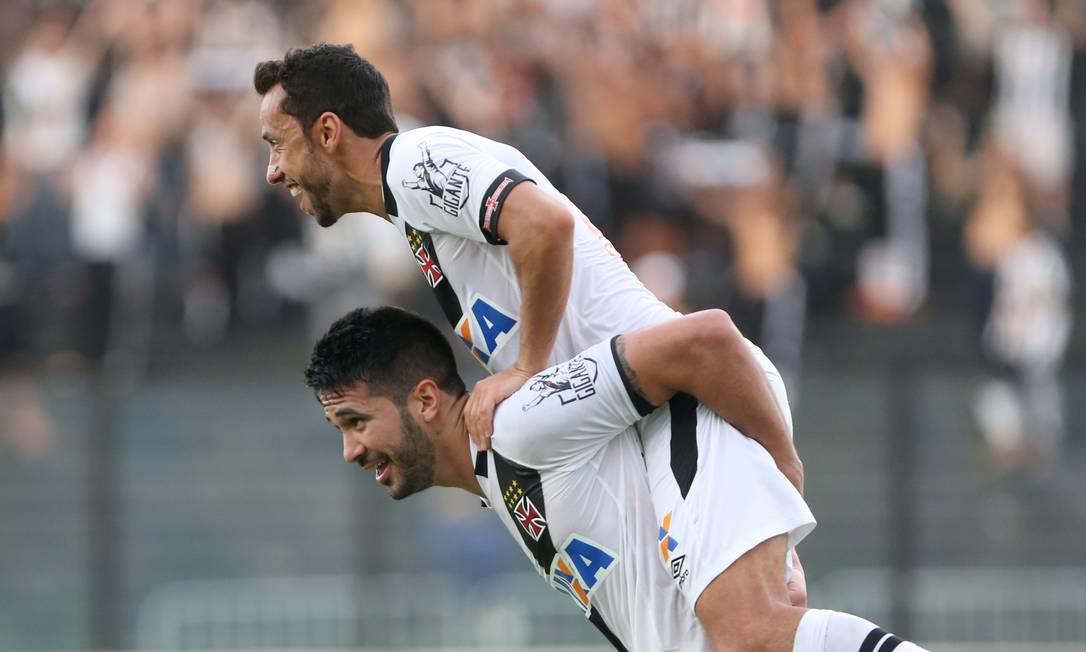 Luan carrega Nenê nos ombros após receber assistência do camisa 10 e marcar o gol do Vasco contra o Tupi, em São Januário Guilherme Pinto / Agência O Globo