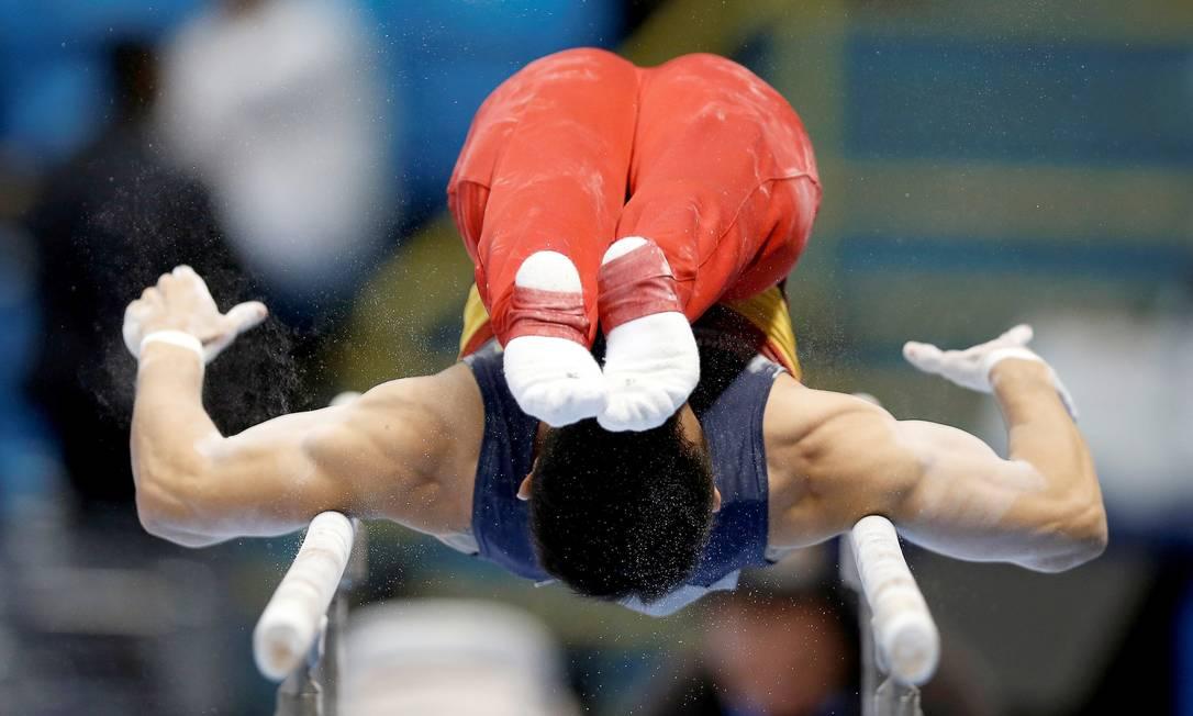 Jossimar Moreno, da Colômbia, realiza o exercício nas barras paralelas durante a final PAULO WHITAKER / REUTERS