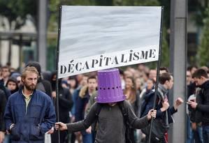 'Descapitalismo'? Manifestante põe lata de lixo na cabeça em protesto contra reforma trabalhista na França Foto: JEAN-SEBASTIEN EVRARD / AFP