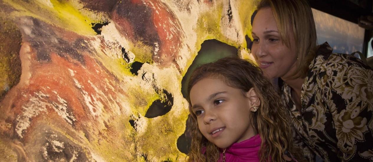 Queise e sua filha Kaylane: no Amanhã, primeira visita das duas a um museu Foto: Antonio Scorza / Agência O Globo