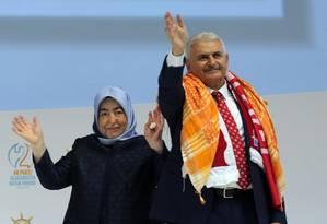 Binali Yildirim e sua mulher, Semiha Yildirim, acenam para apoiadores em congresso extraordinário do partido AK Foto: Riza Ozel / AP