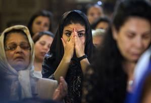 Familiares de passageiros de avião da Egyptair rezam após tragédia aérea Foto: Amr Nabil / AP