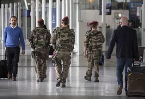 Soldados franceses fazem patrulha em aeroporto após queda de avião da Egyptair Foto: Laurent Cipriani / AP