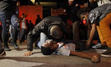 Alguns estudantes chegaram a passar mal durante a operação Foto: Pedro Teixeira