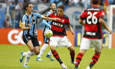 Geromel disputa jogada com Guerrero em jogo entre Flamengo e Grêmio Foto: Lucas Uebel / Divulgação Grêmio