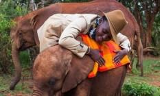 Lupita Nyong'o e um bebê elefante resgatado por ativistas Foto: Reprodução/Instagram