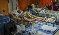 Pacientes dormem em corredor de hospital público na Venezuela Foto: MERIDITH KOHUT / NYT