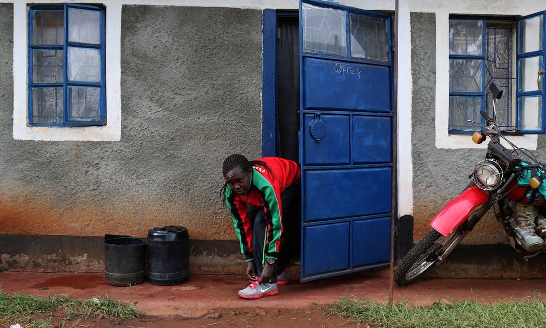 o corredor paralímpico Egla Musop Jebichii, de 28 anos, se prepara para um treinamento no Quênia. Ele é parcialmente cego e está classificado para os Jogos Paralímpicos do Rio SIEGFRIED MODOLA / REUTERS