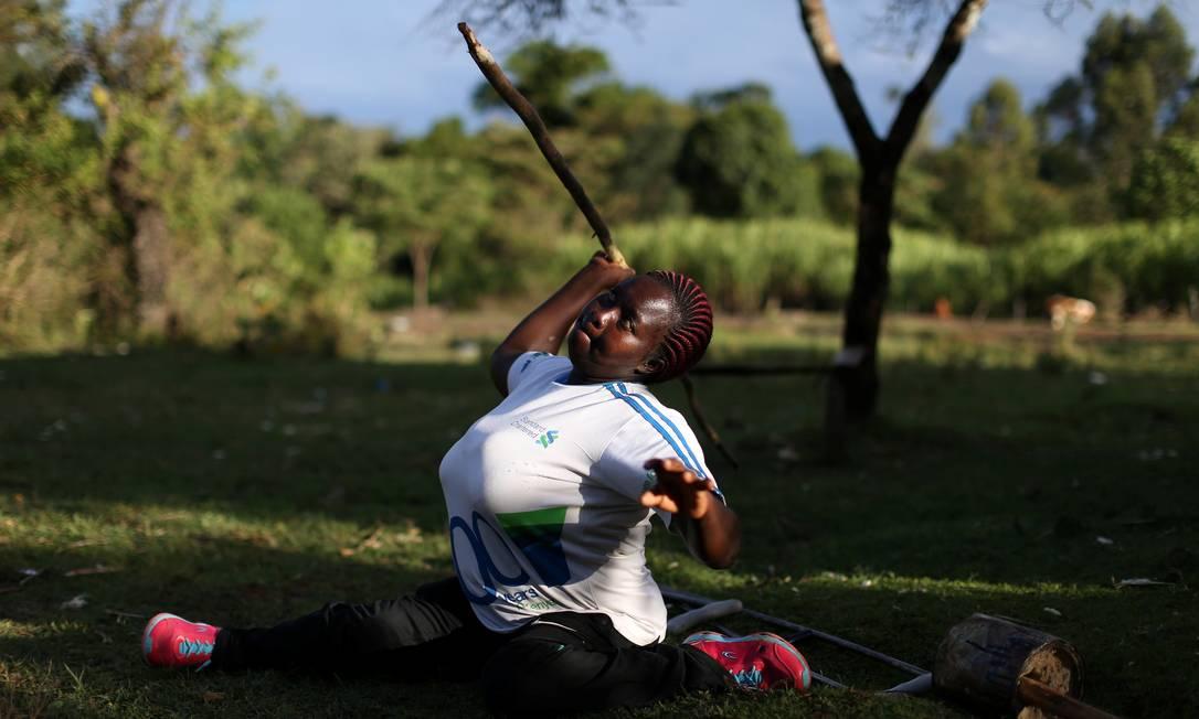 Nelly Jeptoo Sile, de 42 anos, demonstra como pratica o arremesso de dardo. Ele é atleta paralímpica há 18 anos e estará nos Jogos do Rio SIEGFRIED MODOLA / REUTERS