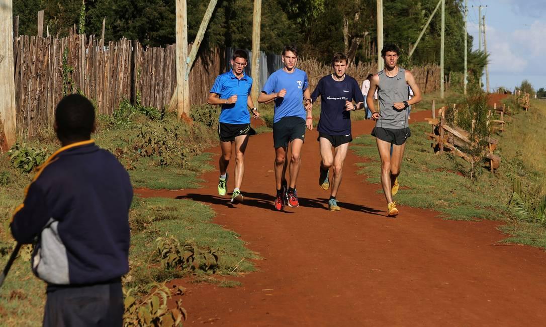 Atletas estrangeiros treinam em Eldoret, no Quênia, onde há uma escola de campeões no atletismo SIEGFRIED MODOLA / REUTERS