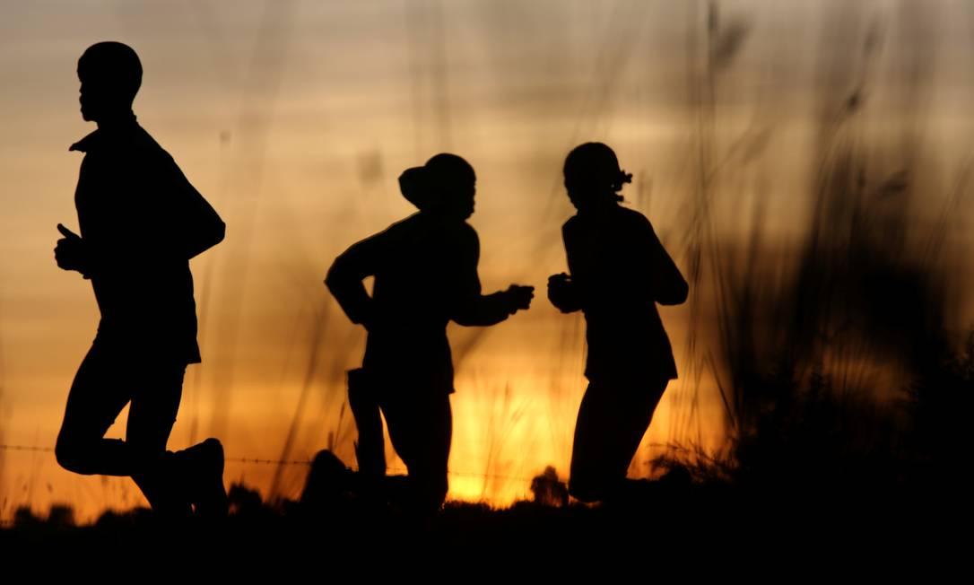 Atletas se exercitam pela manhã em Iten, perto da cidade de Eldoret, no Quênia. O país é conhecido como uma casa de campeões do atletismo SIEGFRIED MODOLA / REUTERS