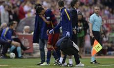 Suárez deixa o gramado chorando. Ele corre o risco de perder a primeira fase da Copa América Foto: JOSEP LAGO / AFP
