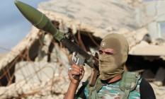 Membros das forças iraquianas carrega um lança-foguetes durante retomada de distrito de Falluja Foto: AHMAD AL-RUBAYE / AFP