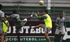 Fred disputa a bola no treino desta segunda-feira nas Laranjeiras Foto: Divulgação