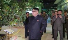 Supremo líder norte-coreano, Kim Jong-un, durante visita a um museu de Pyongyang Foto: KCNA / AFP