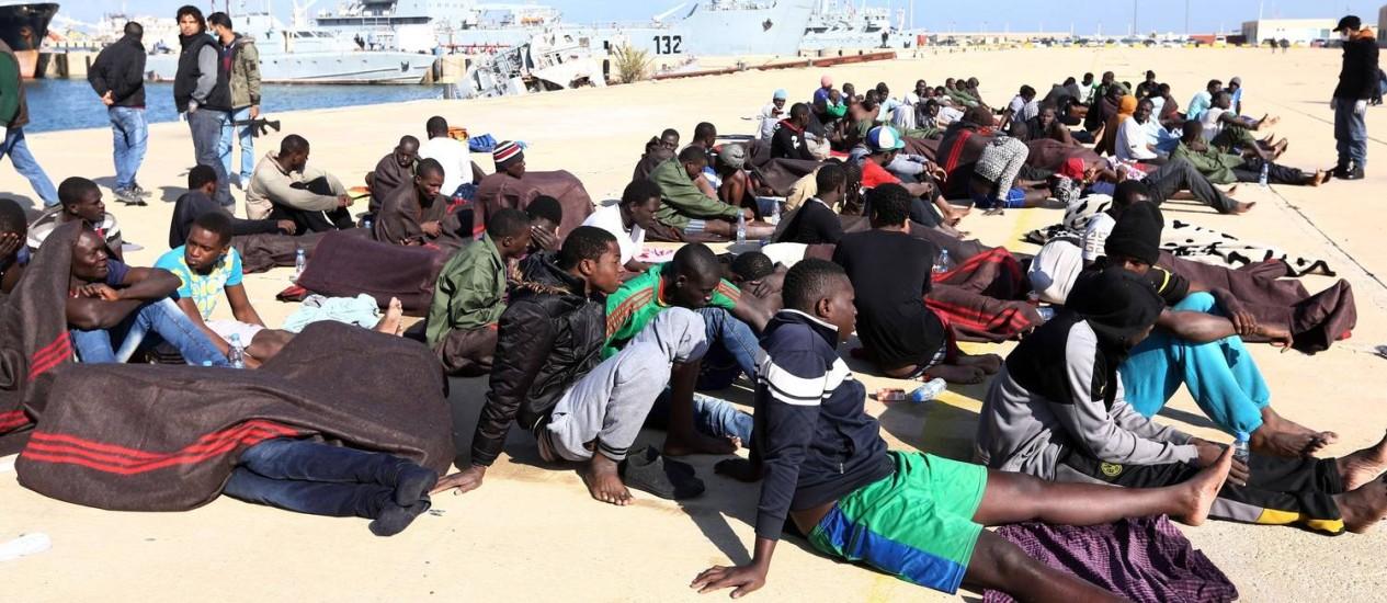 Imigrantes ilegais resgatados pela Guarda Costeira líbia no Mediterrâneo, em dezembro de 2015 Foto: MAHMUD TURKIA / AFP