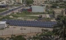 Painéis solares que dão energia a uma bomba que leva água a fazendeiros em Auja Foto: URIEL SINAI / NYT