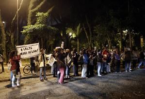 Serenata na frente da casa do presidente interno Michel Temer, em São Paulo Foto: Edilson Dantas/O Globo