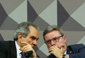 O presidente da comissão, Raimundo Lira (PMDB-PB), e o relatorAntonio Anastasia (PSDB-MG) Foto: Ailton de Freitas / Agência O Globo / 26-4-2016