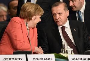 Angela Merkel ao lado presidente turco Recep Tayyip Erdogan Foto: POOL / REUTERS