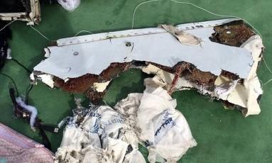Destroços recuperados do Airbus que caiu no Mediterrâneo Foto: Reuters