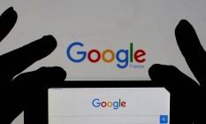 Uma pessoa segura um smartphone que mostra a homepage do Google Foto: ERIC GAILLARD / REUTERS