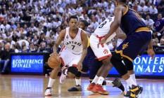 Lowry conduz a bola na vitória do Toronto Raptors sobre o Cleveland Cavaliers por 105 a 99, pelo segundo jogo da série decisiva da conferência Leste da NBA Foto: Vaughn Ridley / AFP