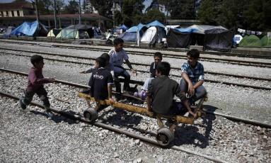 Crianças brincam com carrinho sobre trilhos em Idomeni: campo de refugiados na Grécia foi desmobilizado Foto: KOSTAS TSIRONIS / REUTERS
