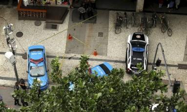 A calçada em frente ao condomínio foi interditada pela polícia Foto: Gabriel de Paiva / Agência O Globo